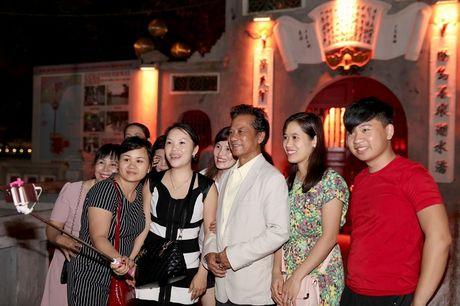 Che Linh bi fan vay kin khi lan dau di dao Ho Guom - Anh 7