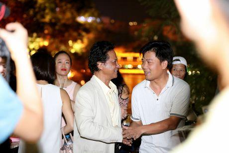 Che Linh bi fan vay kin khi lan dau di dao Ho Guom - Anh 8
