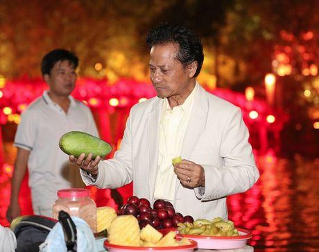 Che Linh bi fan vay kin khi lan dau di dao Ho Guom - Anh 9