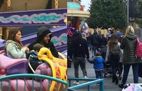 Messi du ngoan Disneyland trong ngay Barca thuc thu - Anh 2