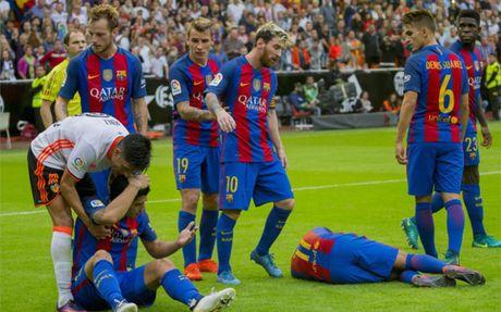 Barca thanh tong pham vu lon xon o Mestalla - Anh 1