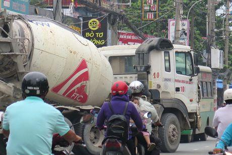Tung doan xe 'hung than' phot lo bien cam tai TP.HCM - Anh 1