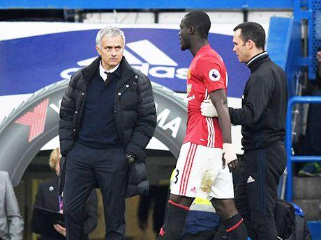 Duoi cai bong Van Gaal, Mourinho se lai thua Guardiola mot lan nua? - Anh 1