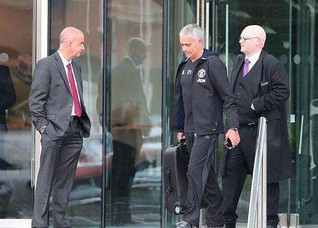 Diem tin hau truong 27/10: CDV MU noi doa vi Mkhitaryan bi bo roi; Mourinho 'phat ngan' voi thanh Manchester hoa le - Anh 1