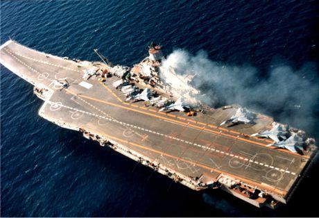 Soi kho ten lua tren tau san bay Nga khien NATO 'hoang loan' - Anh 1