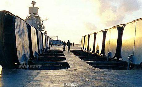 Soi kho ten lua tren tau san bay Nga khien NATO 'hoang loan' - Anh 2