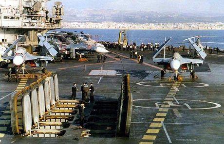 Soi kho ten lua tren tau san bay Nga khien NATO 'hoang loan' - Anh 5