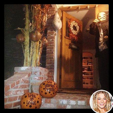 Sao Hollywood trang tri nha Halloween sieu kinh di - Anh 4