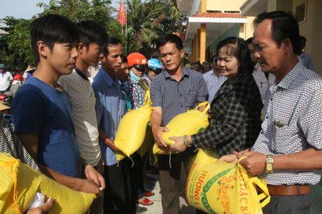 Bao Nha bao & Cong Luan dong hanh cung ba Mai Thuy Linh den voi dong bao vung lu Quang Binh - Anh 1