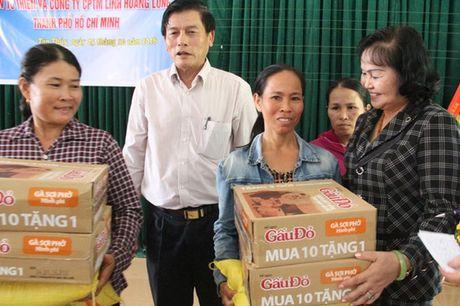 Bao Nha bao & Cong Luan dong hanh cung ba Mai Thuy Linh den voi dong bao vung lu Quang Binh - Anh 2