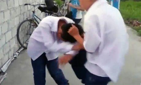 Vu hoc sinh bi danh giua duong: Nguoi quay clip co the bi phat - Anh 1