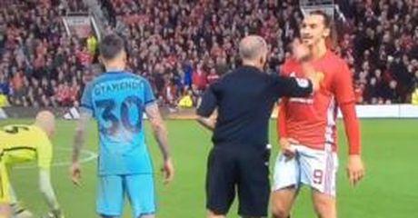 Hanh dong 'la' cua Ibrahimovic khi nhan the vang truoc Man City - Anh 1