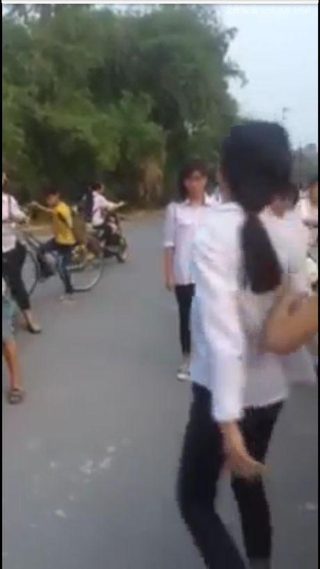 Nu sinh cap 2 danh nhau truoc cong truong vi... ghen tuong - Anh 1