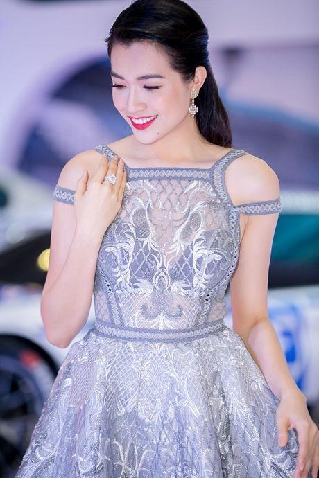 A hau Le Hang dien dam ren xuyen thau khoe noi y nong bong - Anh 13