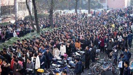 Trung Quoc: Gan 10.000 nguoi canh tranh de gianh lay 1 suat le tan - Anh 1