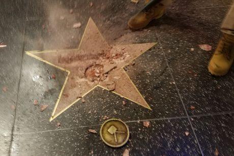 Ngoi sao tren Dai lo danh vong cua Donald Trump bi pha huy tan tanh - Anh 1