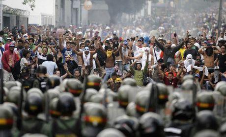 Venezuela bao loan, 1 canh sat chet, hang tram nguoi bieu tinh bi thuong - Anh 1