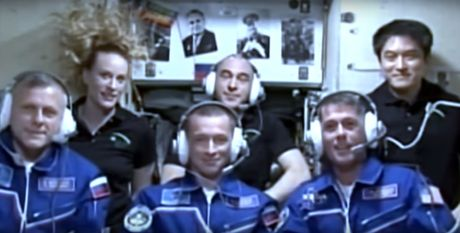 Can canh tau vu tru Soyuz ket noi thanh cong voi tram vu tru quoc te ISS - Anh 1