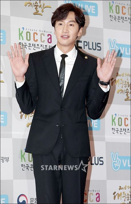 Song Joong Ki goi Lee Kwang Soo la 'Hoang tu chau A' khi doat giai Thu tuong - Anh 1