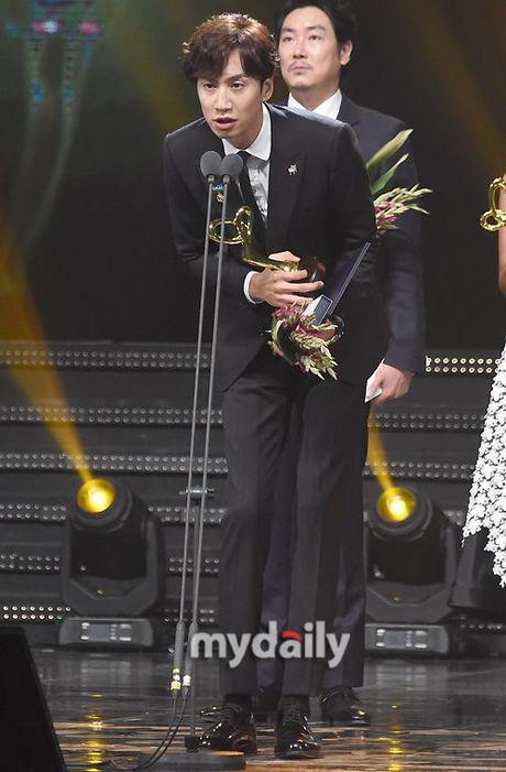 Song Joong Ki goi Lee Kwang Soo la 'Hoang tu chau A' khi doat giai Thu tuong - Anh 2