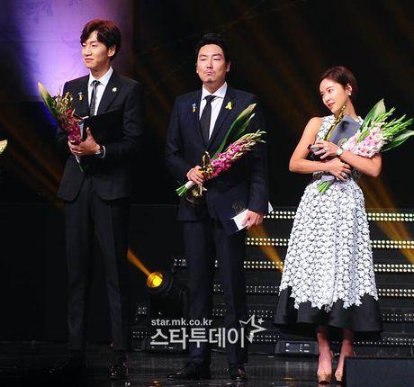 Song Joong Ki goi Lee Kwang Soo la 'Hoang tu chau A' khi doat giai Thu tuong - Anh 3