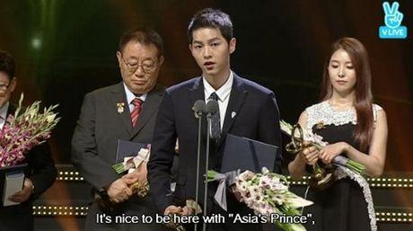 Song Joong Ki goi Lee Kwang Soo la 'Hoang tu chau A' khi doat giai Thu tuong - Anh 4