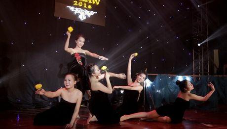 Nu sinh DH Luat dua vu khuc 'tam suoi' len san khau - Anh 4