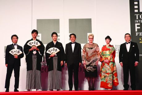 Thu tuong Nhat Ban bat ngo xuat hien tren tham do Lien hoan phim Tokyo - Anh 2