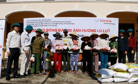 Toyota Viet Nam ho tro dong bao lu lut mien Trung hon 1,2 ti dong - Anh 2