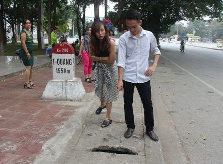 Da khac phuc lo thung nap cong truoc cot moc quoc gia - Anh 2