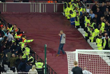Co dong vien Chelsea au da voi West Ham sau tran thua - Anh 6