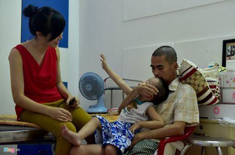 Gia dinh dua dien vien Nguyen Hoang ve que dieu tri tai bien - Anh 2