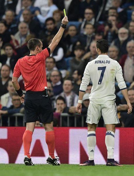 Noi bo Real Madrid 'day song' vi mot nhom cau thu chong lai Ronaldo - Anh 1