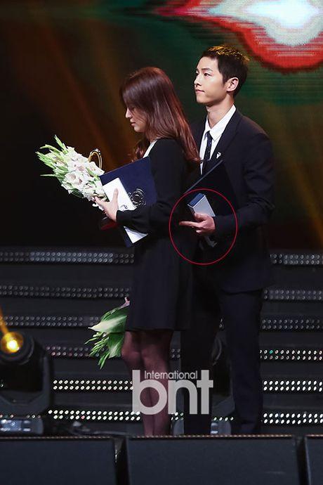 Song Joong Ki ga lang het co voi Song Hye Kyo tren truyen hinh - Anh 2