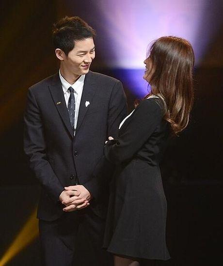 Song Joong Ki ga lang het co voi Song Hye Kyo tren truyen hinh - Anh 3