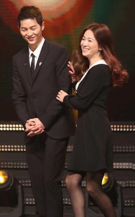 Song Joong Ki ga lang het co voi Song Hye Kyo tren truyen hinh - Anh 4