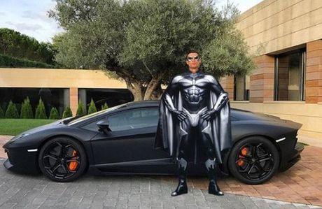 Anh che cuc hai Cristiano Ronaldo ben Lamborghini - Anh 1
