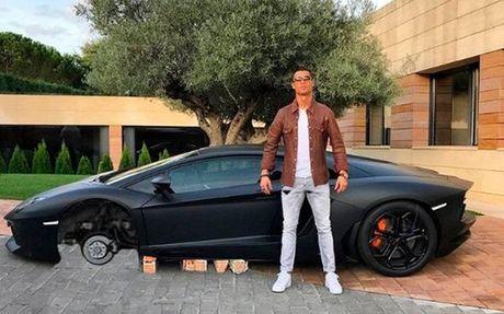 Anh che cuc hai Cristiano Ronaldo ben Lamborghini - Anh 2