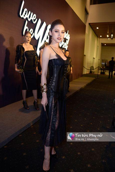 Angela Phuong Trinh mot minh mot kieu om cun cung di xem thoi trang - Anh 11