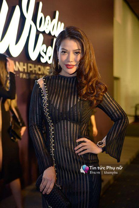 Angela Phuong Trinh mot minh mot kieu om cun cung di xem thoi trang - Anh 13