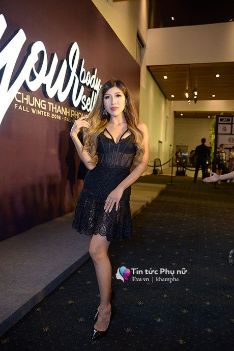 Angela Phuong Trinh mot minh mot kieu om cun cung di xem thoi trang - Anh 14