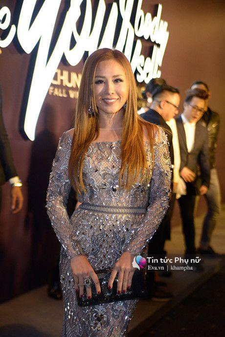 Angela Phuong Trinh mot minh mot kieu om cun cung di xem thoi trang - Anh 19