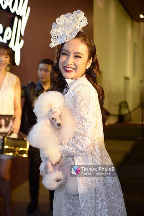 Angela Phuong Trinh mot minh mot kieu om cun cung di xem thoi trang - Anh 1