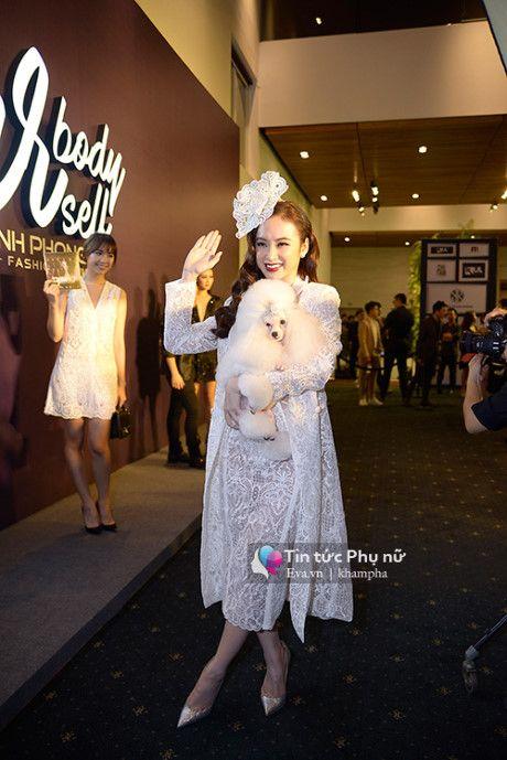 Angela Phuong Trinh mot minh mot kieu om cun cung di xem thoi trang - Anh 2
