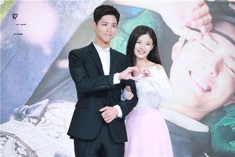 Song Joong Ki lay Kim Yoo Jung ra de dong vien Park Bo Gum - Anh 3