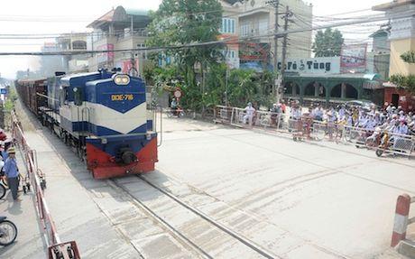 """Tai nan """"rinh rap"""" tren duong sat qua Thuong Tin - Anh 1"""