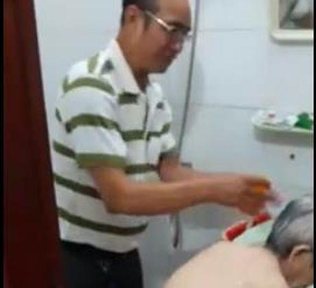 Clip con trai da gia an can cham me 'don tim' dan mang - Anh 1