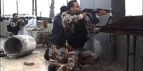Video chien su Syria: Xe tang ban tia phien quan o Aleppo, bay min hot gon top khung bo - Anh 1