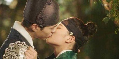 Gia dinh hoi Kim Yoo Jung ve cam giac voi Park Bo Gum - Anh 1