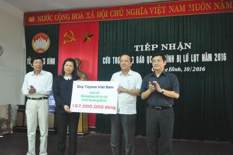 Toyota Viet Nam ho tro hai tinh mien Trung hon 1,3 ty dong - Anh 1